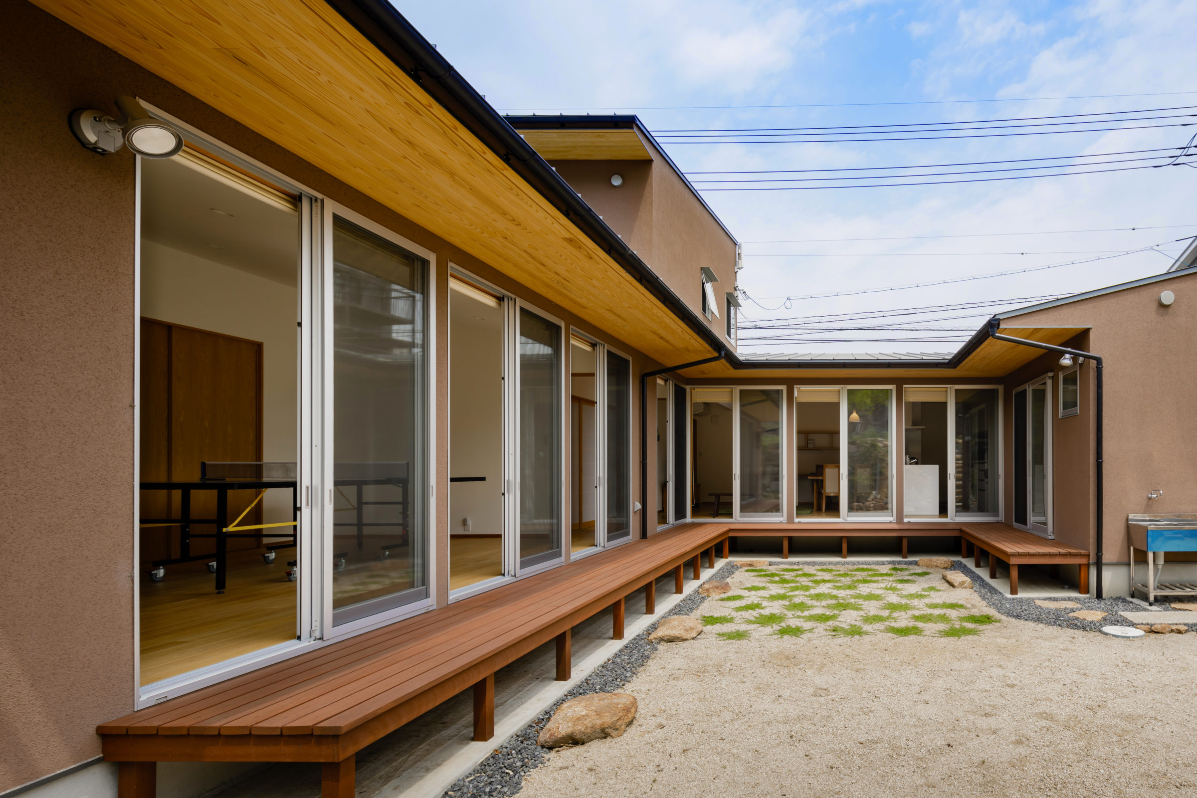 山裾の中庭の家